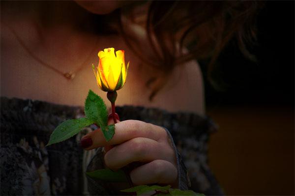 donna-con-fiore-illuminato-di-spiritualita.jpg.pagespeed.ce.6pYCJLKWJY.jpg