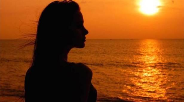 1450035_635740946105623747_siluetta_di_donna_al_tramonto_tramonto_sul_mare_cielo_arancione_200627_768x455
