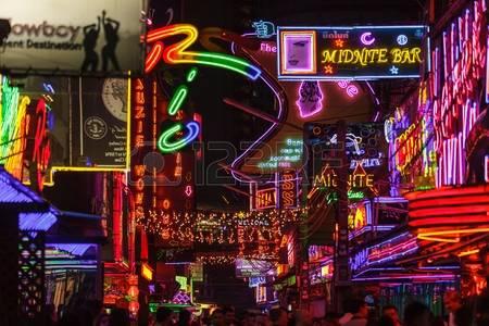 33686816-bangkok-thailandia-31-gennaio-2012-vista-sulle-luci-al-neon-colorati-che-riempiono-la-strada-soi-cow