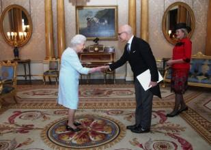 Sua Maestà la Regina Elisabetta II, l'Ambasciatore S.E. Raffaele Trombetta e la consorte Victoria Trombetta.