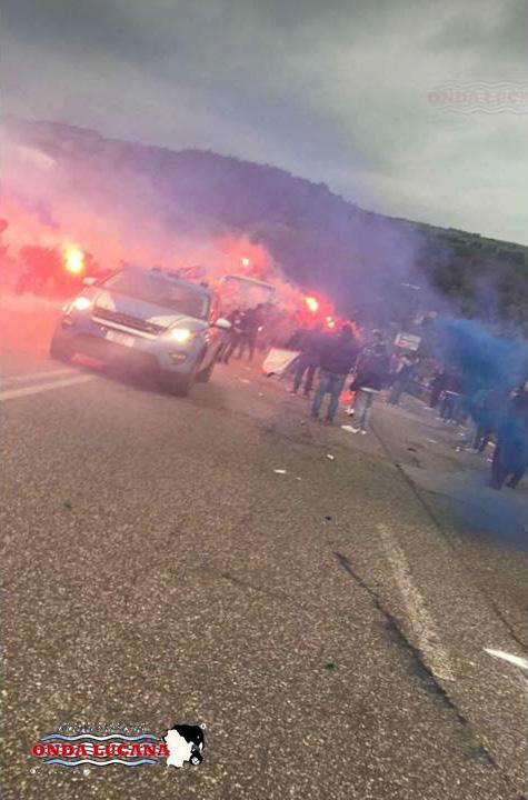 Foto corteo tifosi Potenza-Calcio promozione serie C 2018.jpg