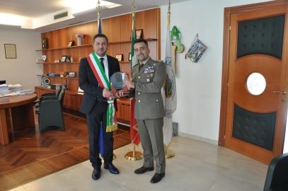 Il Comandante dona lo Stemma Del Comando di Basilicata
