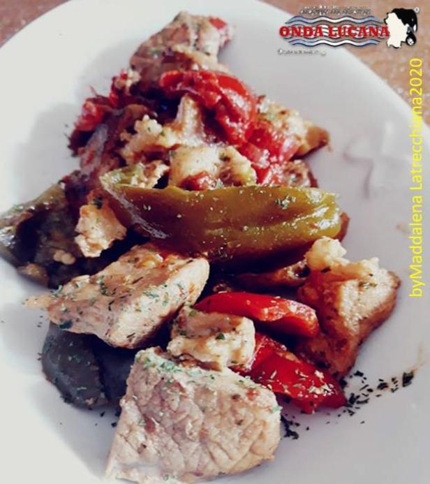Spezzatino di maiale con peperoni sotto aceto  Immagine tratta da repertorio di Onda Lucana®by  Maddalena Latrecchiana  2020.jpg